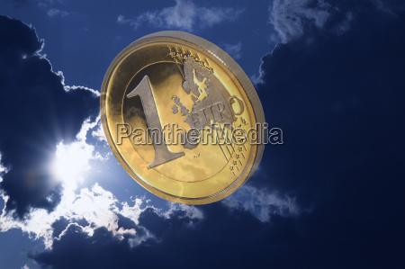euro vor dunklen wolken symbolbild euro