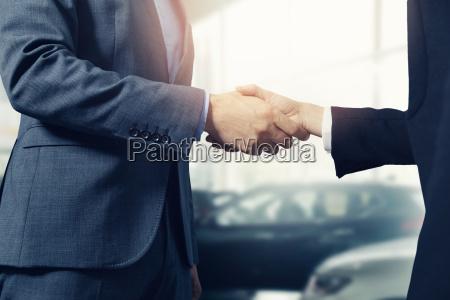 verkaeufer und kundenhaendedruck nach erfolgreicher abmachung