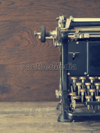old, typewriter, on, a, wooden, table - 25318618