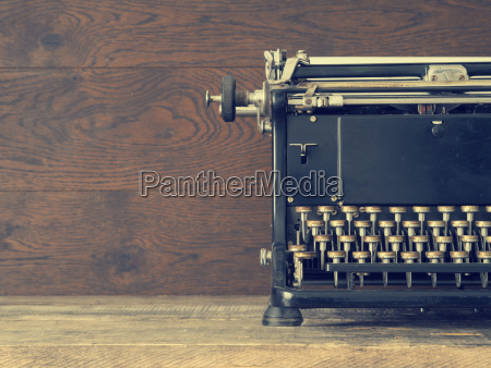 old, typewriter, on, a, wooden, table - 25318620