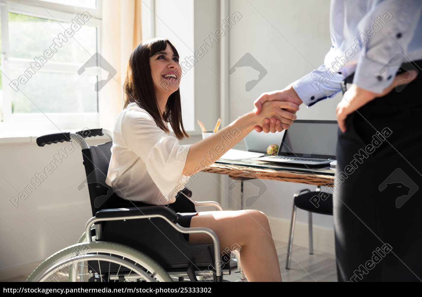 disabled, businesswoman, shaking, hand, with, her - 25333302