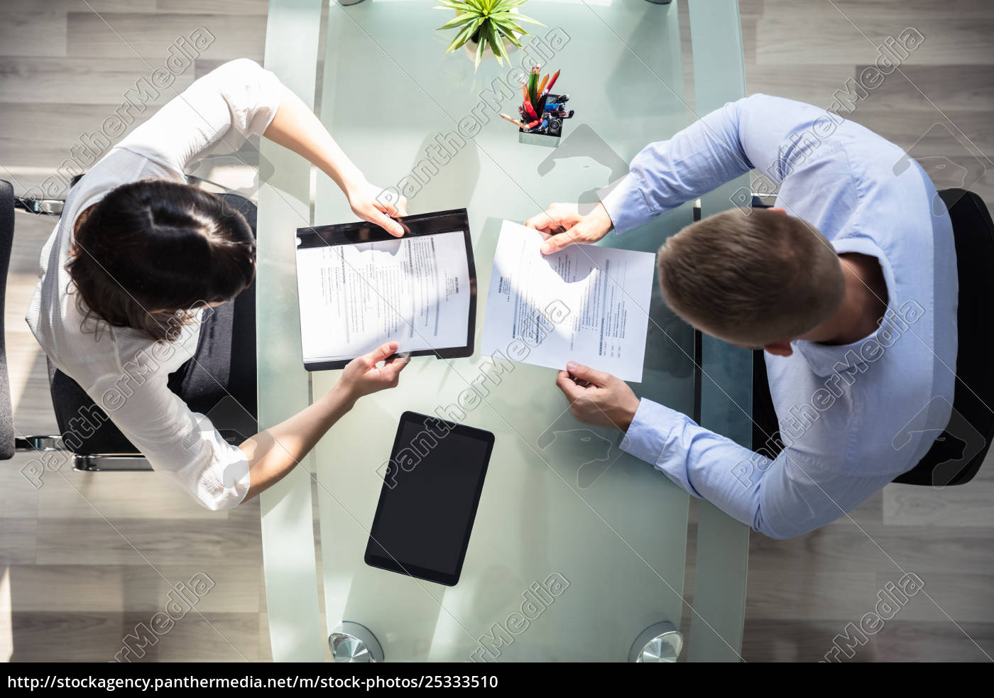 elevated, view, of, two, businesspeople, holding - 25333510