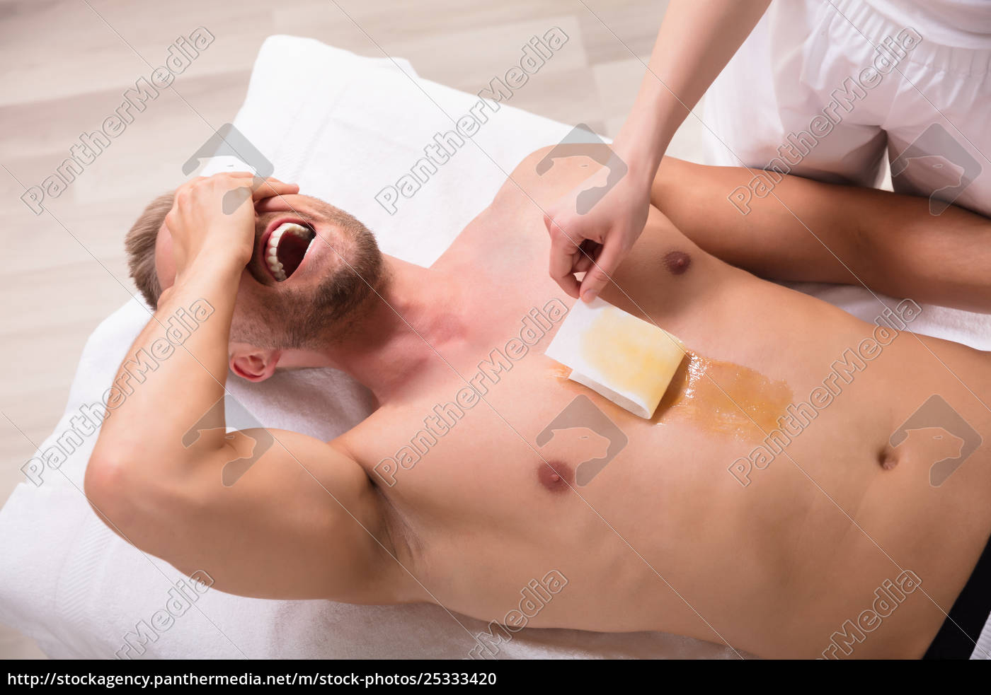 man, screaming, while, waxing, chest - 25333420