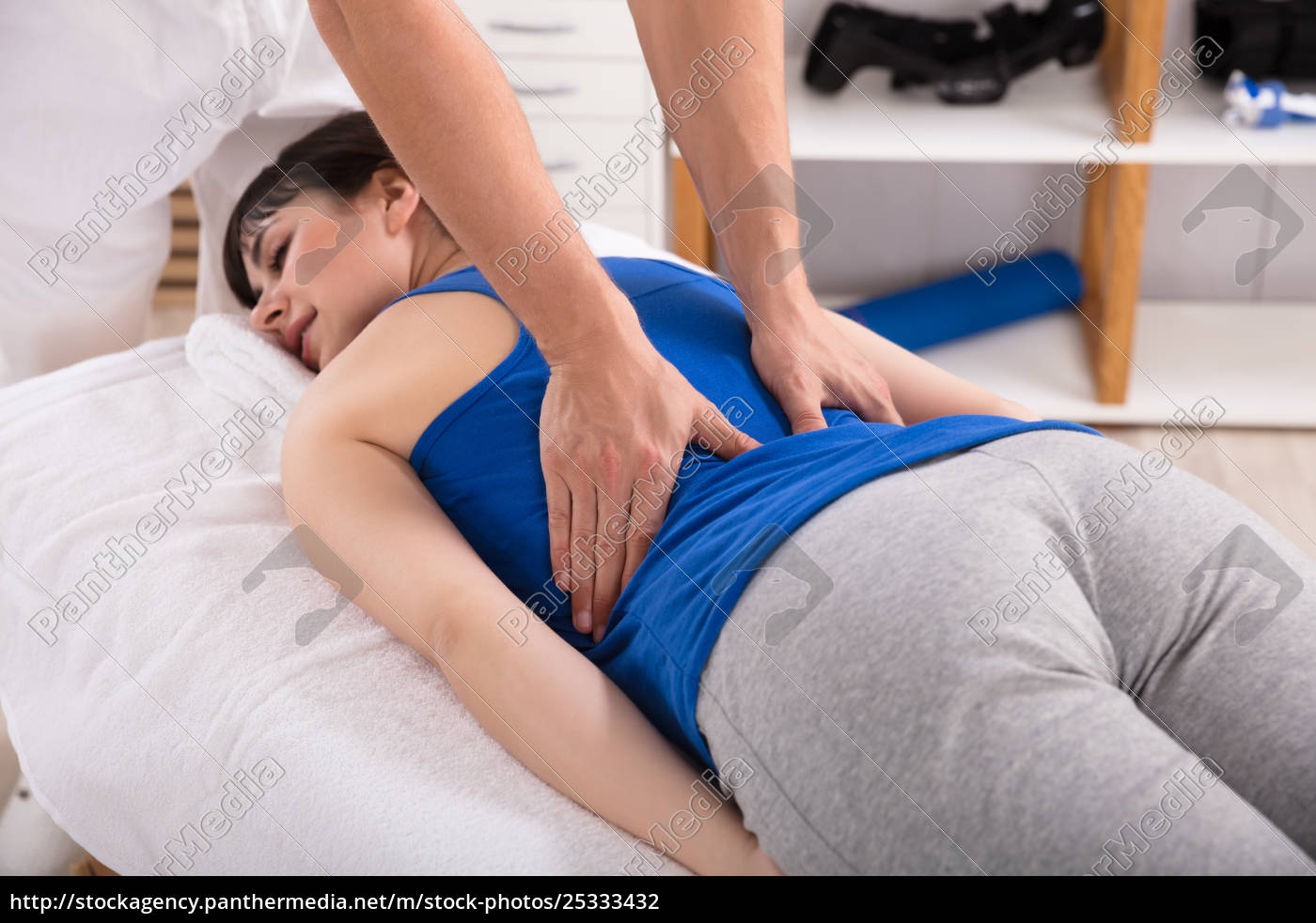 physiotherapist, giving, back, massage, to, woman - 25333432