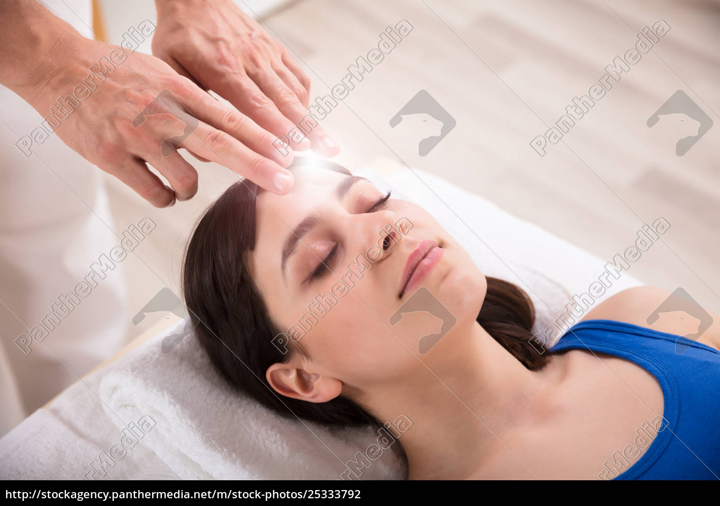 therapist, performing, reiki, healing, treatment, on - 25333792