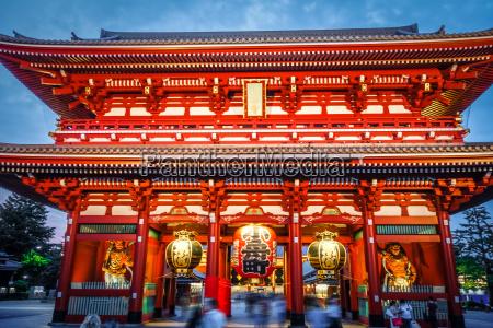 kaminarimon gate and lantern senso ji