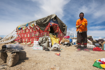 a nomad tent and nomad tibetan