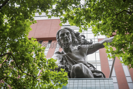 portlandia sculpture by raymond kaskey above