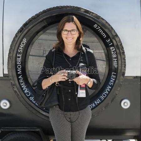en kvinde star holder sit kamera