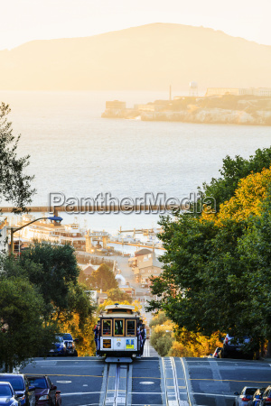 cable car on hyde street with