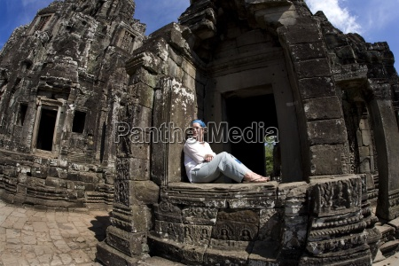 tourist outside bayon tempel in der