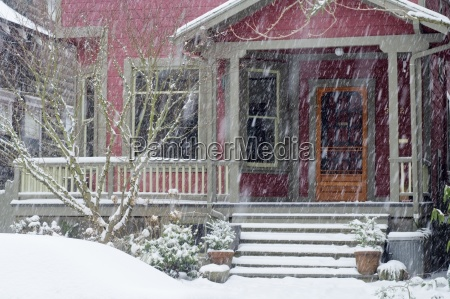 residential home in snow portland oregon