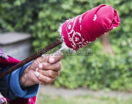 old, woman, spinning, cotton, at, hacienda - 25409280