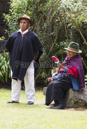 hombre y vieja mujer hilando algodon