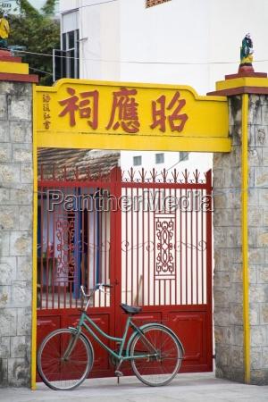 puertas con bicicleta delante de ellos