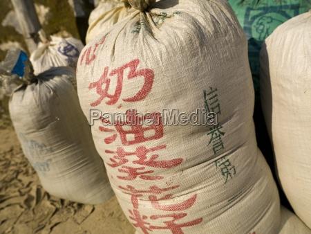 bolsas de arroz sentados en el