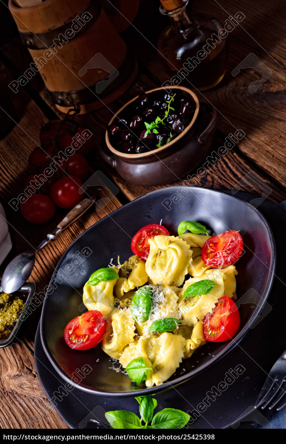 rustic, spinach, tortellini, with, cheese, cocktail - 25425398