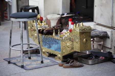 shoe shine service in taksim square