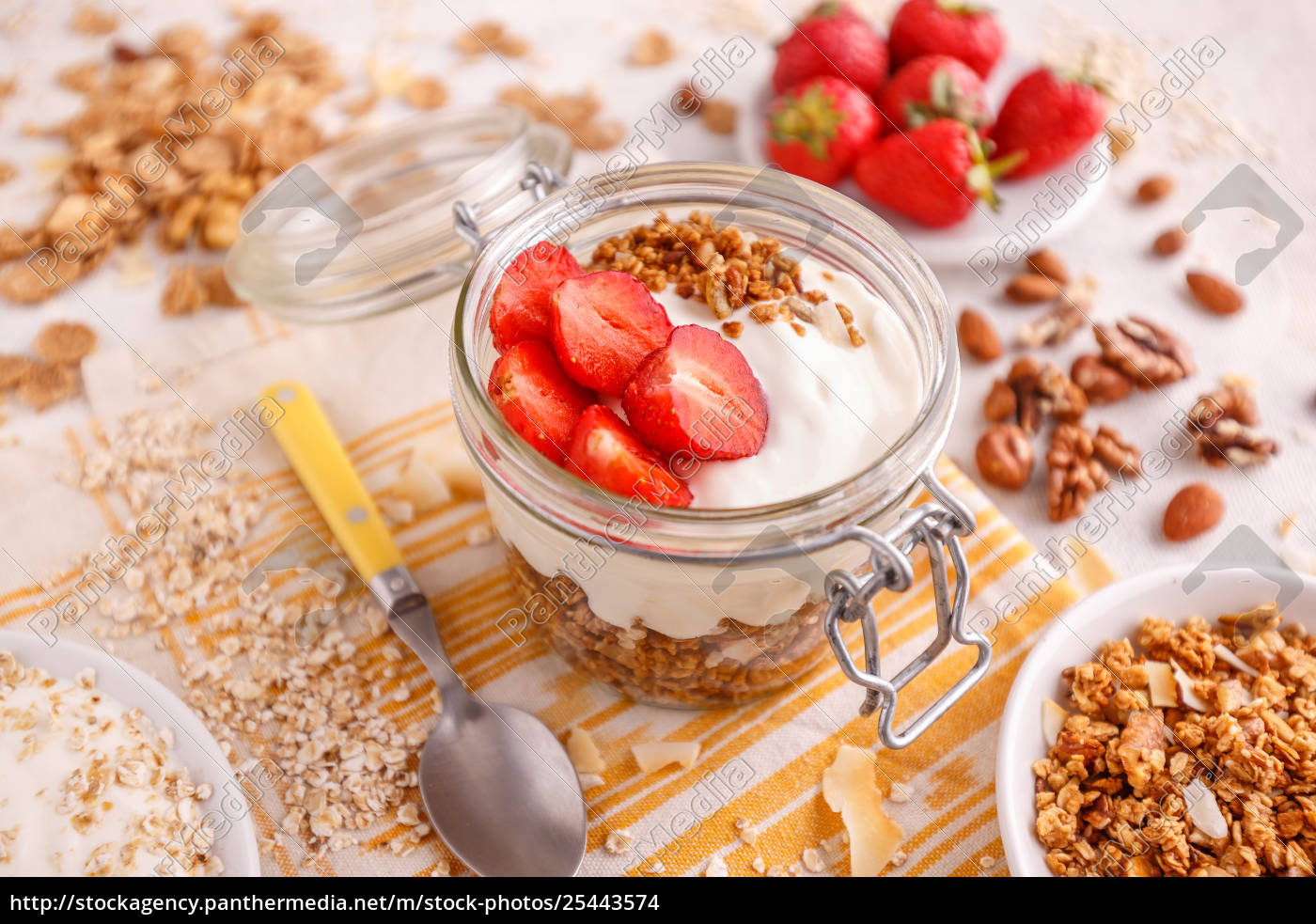 homemade, granola, with, yogurt - 25443574