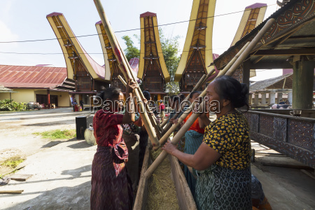 woman pounding rice at a rante