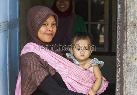 woman holding a girl semparu lombok