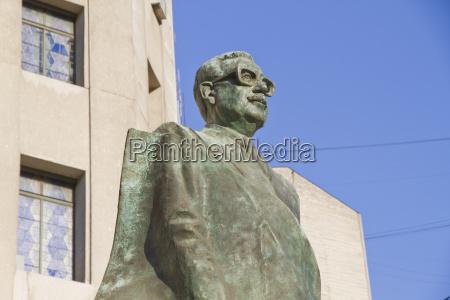statue to president salvador allende gossens
