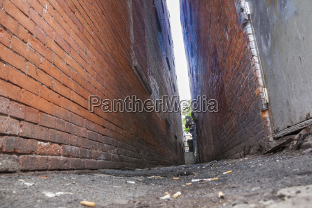 narrow alleyway between brick walls connecticut