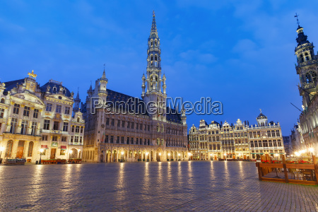grand place square at night in