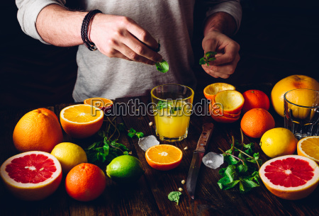 guy prepare the citrus cocktail