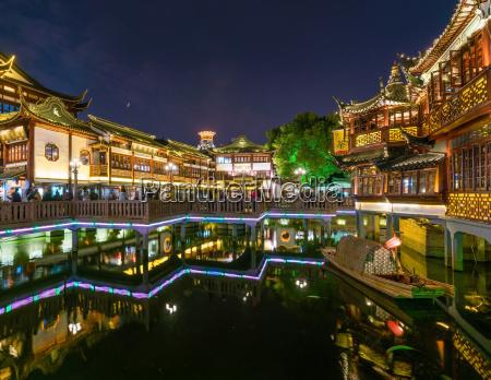 yuyuan bazaar in shanghai at night