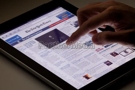reading online newspaper on ipad