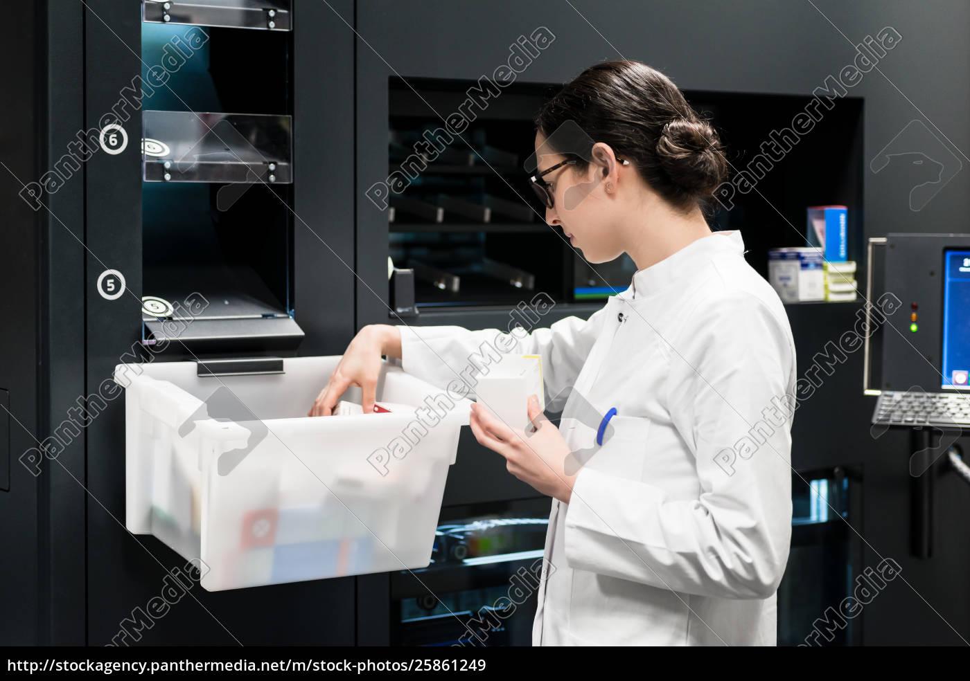 pharmacist, choosing, the, best, medicines, during - 25861249