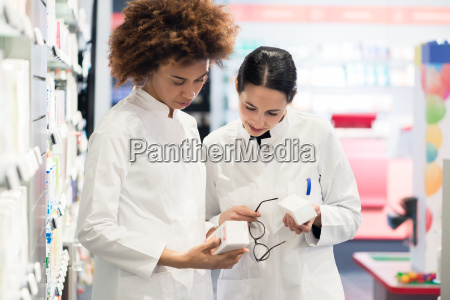 side, view, of, two, dedicated, pharmacists - 25861282