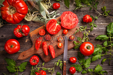 cutting red tomatoes