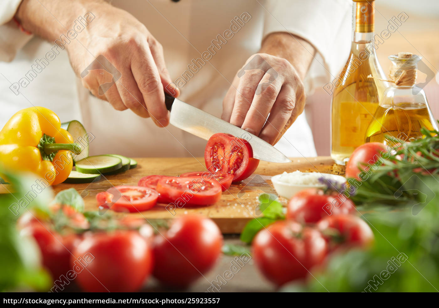 chef, slicing, fresh, tomatoes, for, a - 25923557