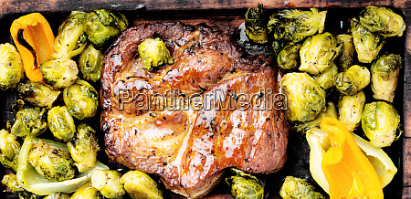 beef, steaks, with, grilled, vegetables - 26052600