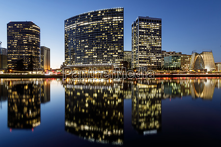 oakland skyline panoramic view with lake