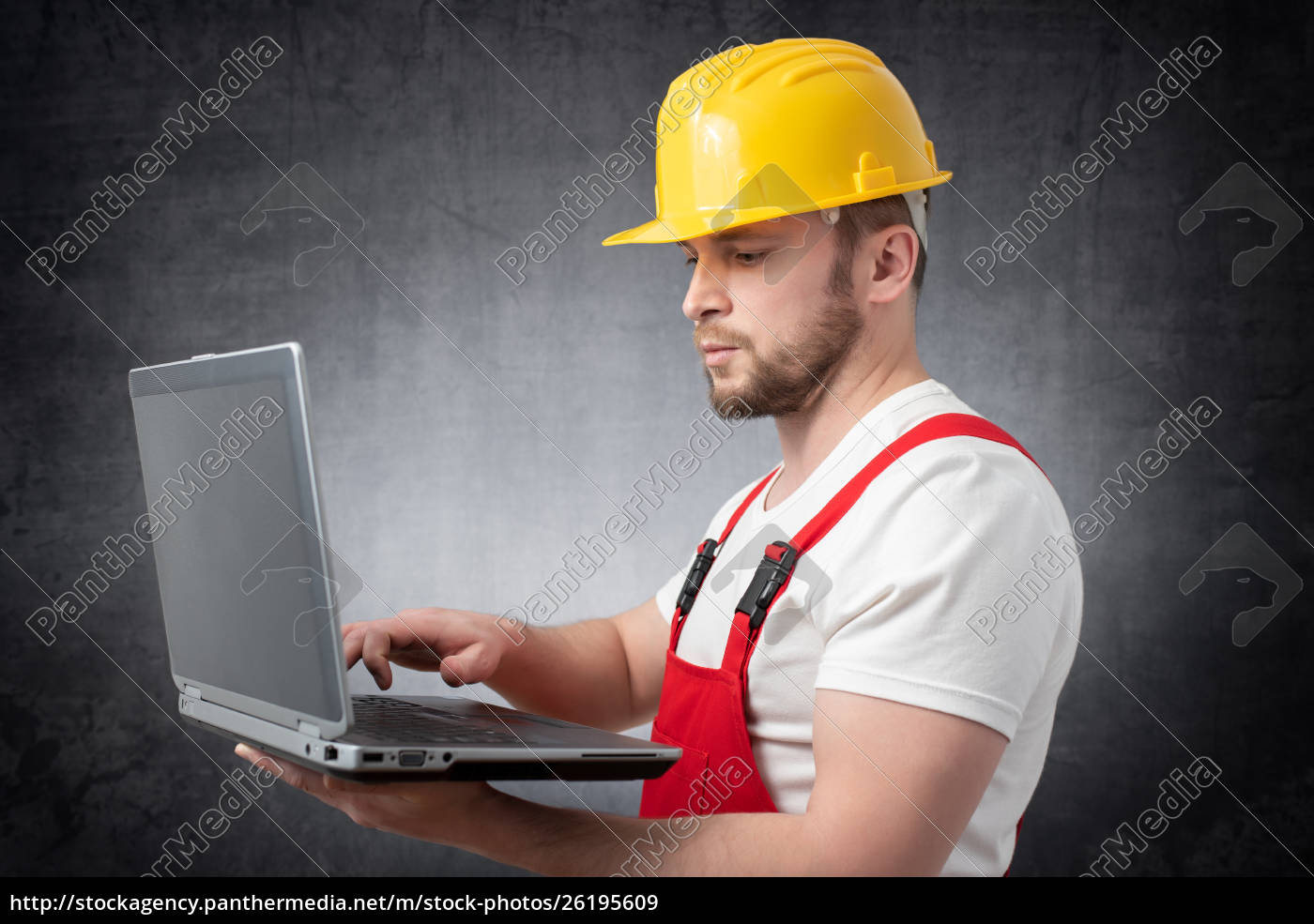 construction, worker, with, laptop - 26195609
