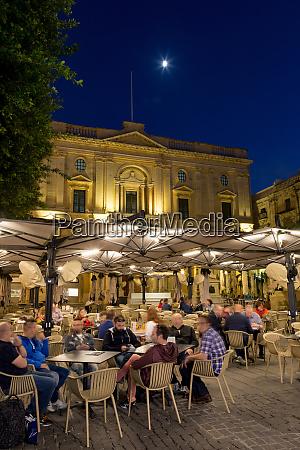night time outdoor restaurants in piazza