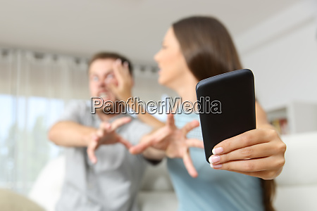 couple fighting for a mobile phone