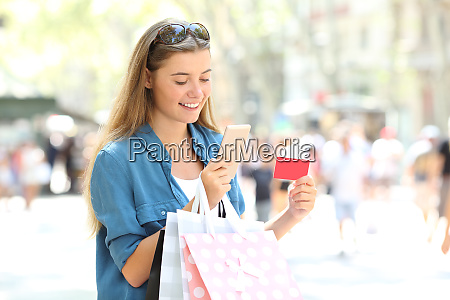 shopper paying online with credit card
