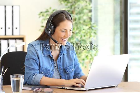 freelance operator working in telemarketing