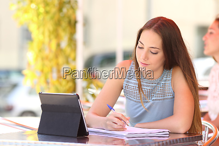 studious student e learning in a