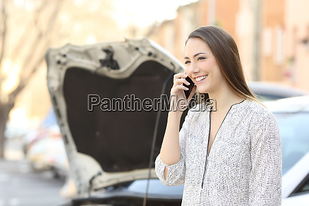 smiley driver calling insurance after car