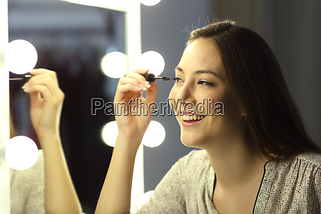 woman making up eyelashes in a