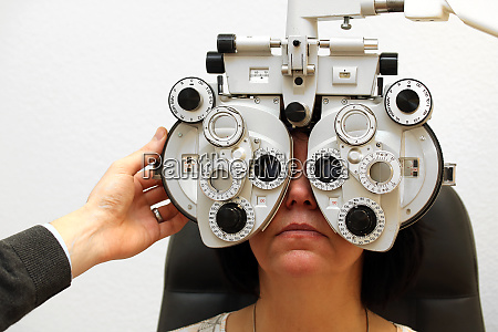 woman at the ophthalmologist