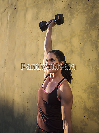 woman weightlifting with dumbbells
