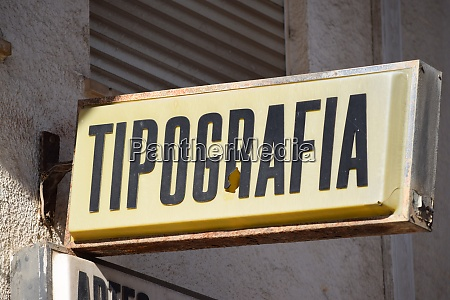 typography illuminated advertising in portuguese
