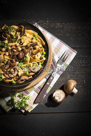 ribbon noodles with crimini mushrooms peas
