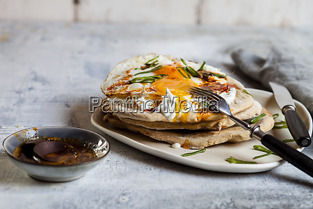 flat bread with garlic yogurt fried